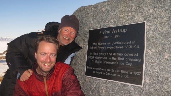 Det står et minnesmerke om Eivind Astrup i Qaanaaq. Foto: Vegard Ulvang