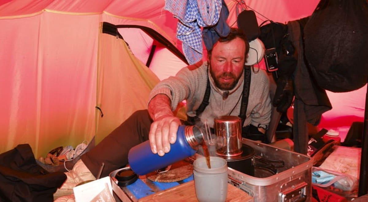 BARISTA: Havregrøt og tørrmat, jovisst, men også en kopp nykvernet kaffe hver dag med bønner fra alle verdenshjørner. Foto: Vegard Ulvang