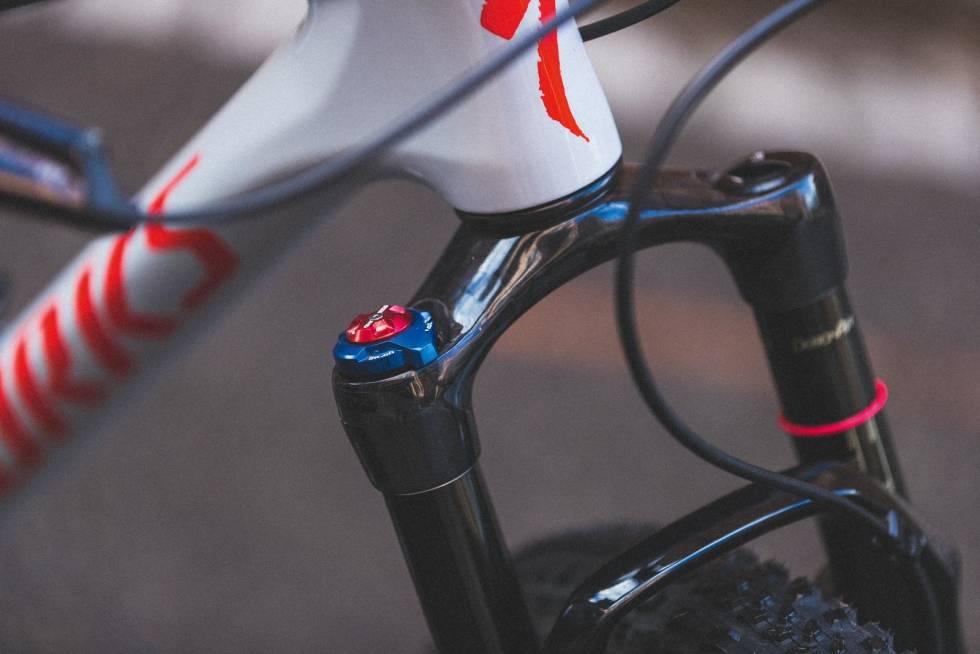 SELVTENKENDE: SID-gaffelen med spesiell Brain-funksjon låser og åpner automatisk mens du sykler. Den blå Brain Fade-bryteren lar deg justere terskelstørrelsen i fart, men du får ikke skrudd den helt av.