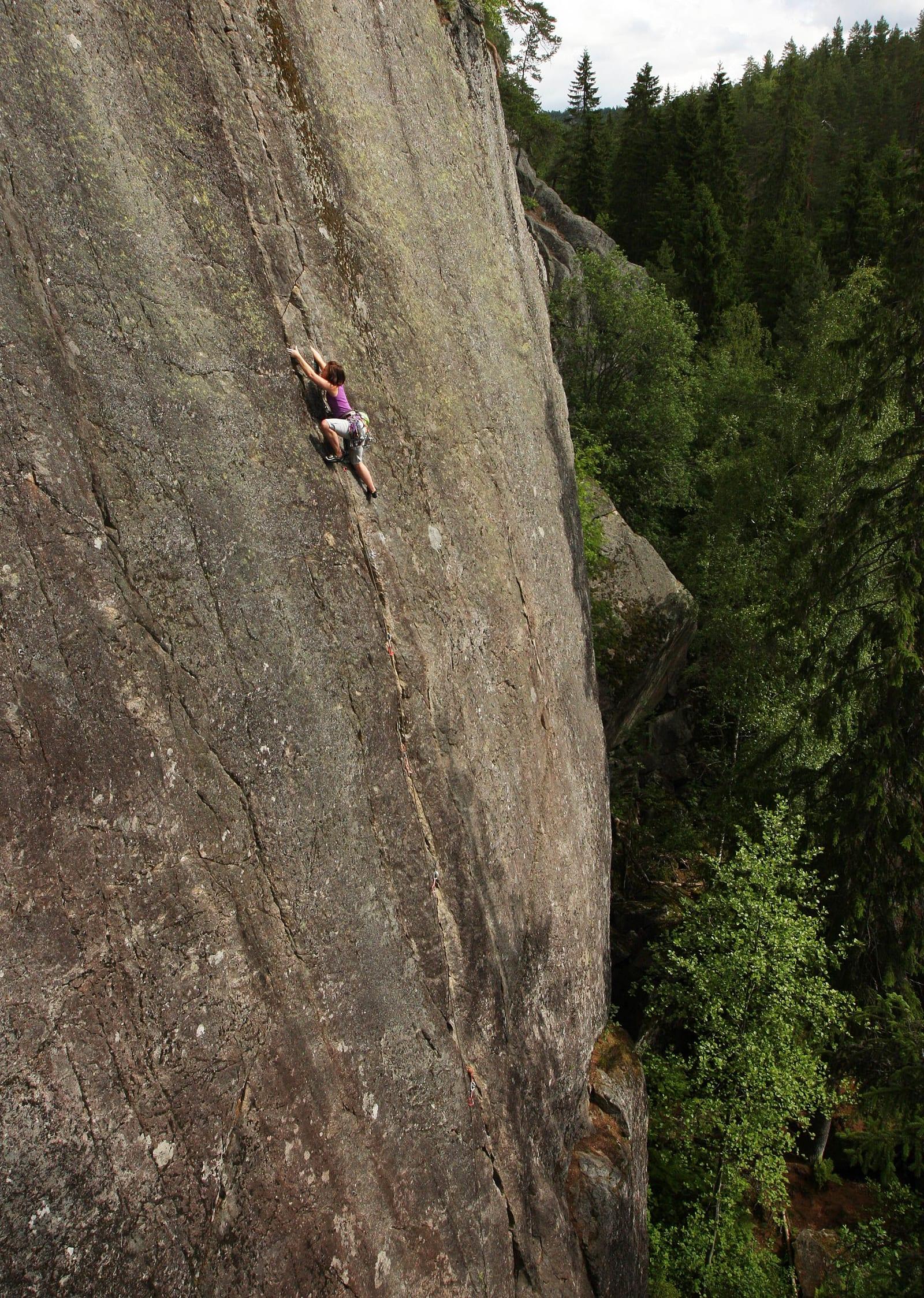 FOR ALLE: Ta med en haug av sikringer - og to tau for å komme deg ned. Klatrer: Silje Kampesæter. Foto: Dag Hagen