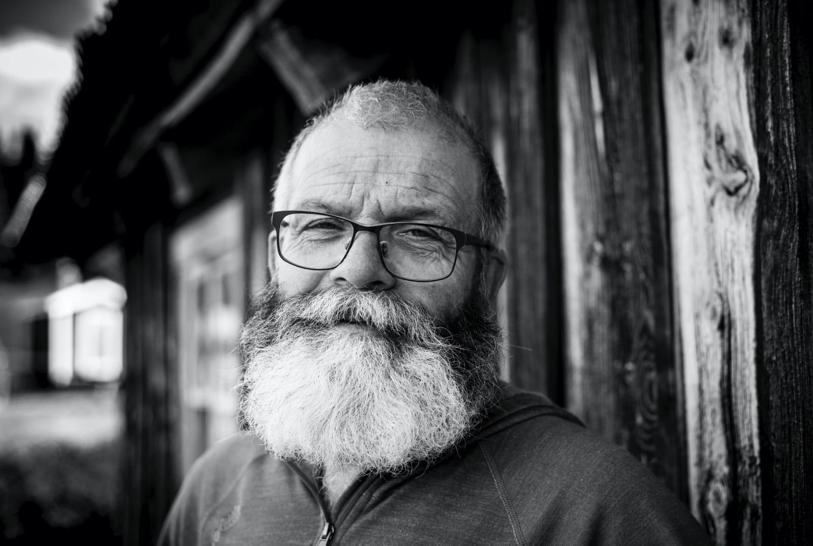 DREVEN: Sigmund Tveitehagen har jakta rein i 35 år, og er klar på at dyrevelferd må komme først. Foto: Caroline Utti / Hallingdølen
