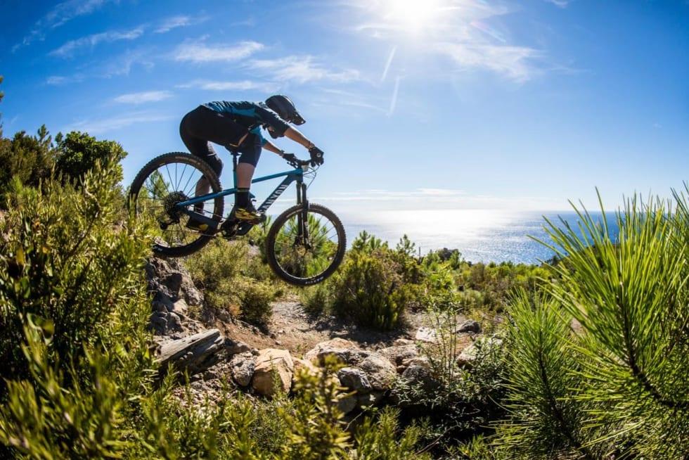 FINALE: Endurodestinasjonen på den Italienske Rivieraen har vært testdestinasjon for den nye Strive-sykkelen. Her Ines Thoma i et svev over Middelhavet.
