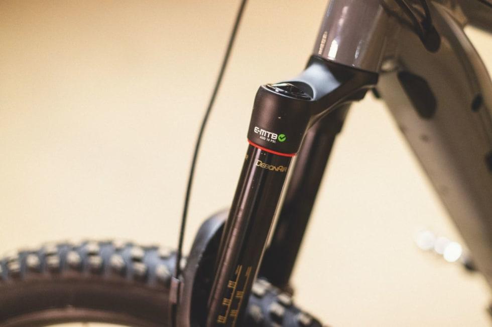 ELSYKKELRÅD: Rock Shox råder deg til å legge på 10 psi ekstra med luft når du bruker Yari-gaffelen på elsykkel.