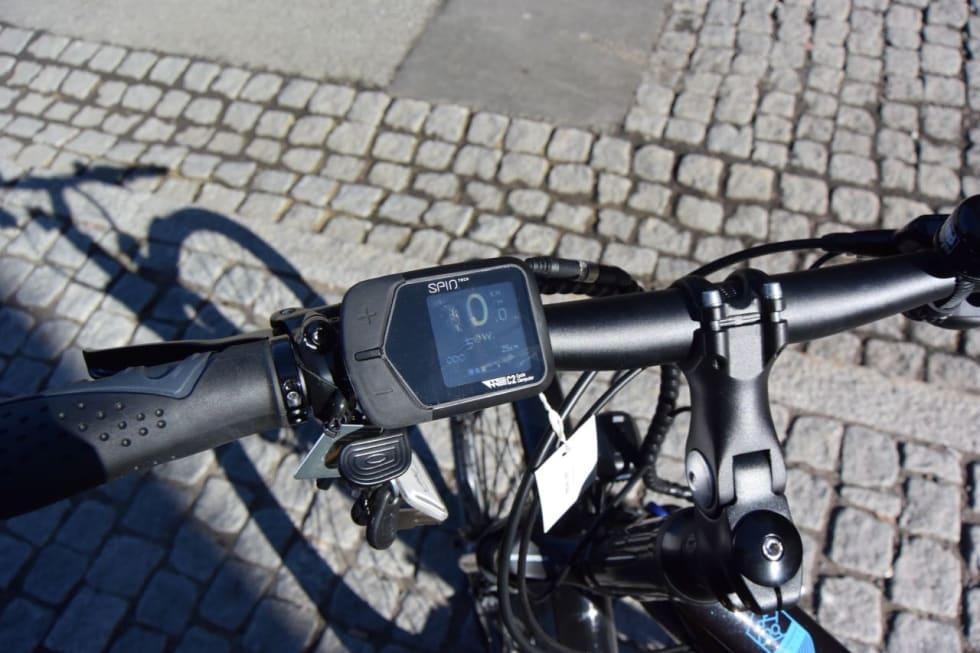 KORTLÅS: For å starte sykkelen må du sveipe et spesielt kort over skjermen. Displayet kan ikke taes av sykkelen.