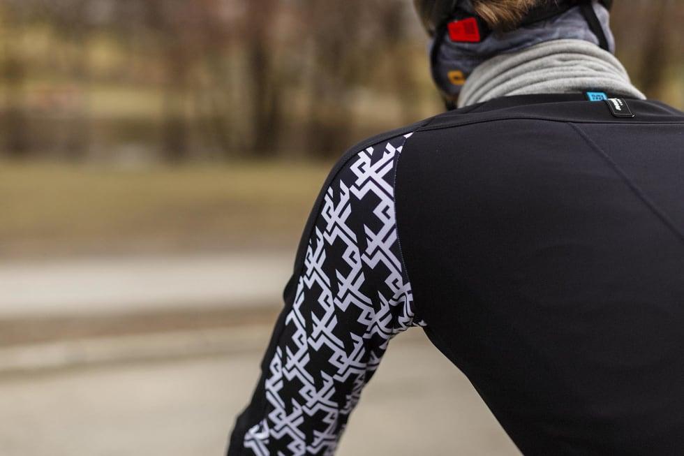 GJENKJENNELIG: Assos-mønstret under armen gir liv til en ellers svart jakke.