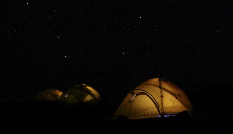 KRYPINN: Er du blant dem som pakker bort teltet når snøen begynner å lave ned så går du glipp av en fantastiske sesong for å sove ute. Foto: Håvard Lium