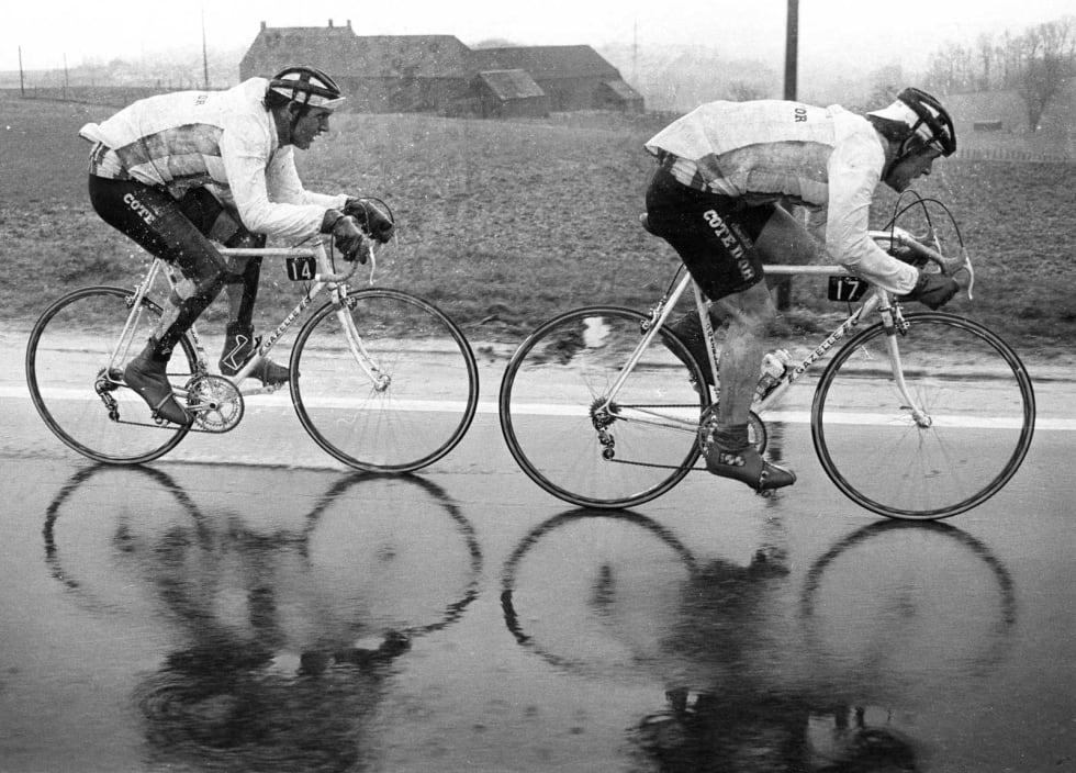 Grisevær: Kombinasjonen pølsehjelm og sykkelcaps, her demonstrert av Roger de Vlaeminck (t.h) og Hans Langerijs, under Omloop het Volk 1981. Foto: Cor Vos.