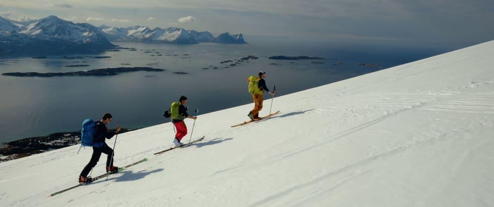 Med havutsikt opp mot Husfjellet. Foto: Mads Andreassen. / Trygge toppturer