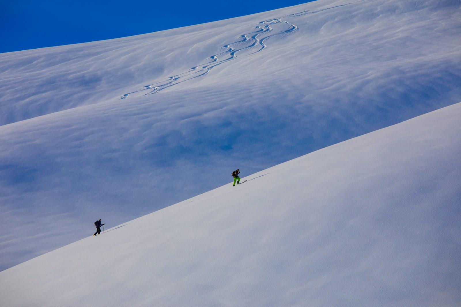 SO FAR, SO GOOD: Værgudene spiller fortsatt på lag i det Asbjørn Eggebø Næss og Even Sigstad vasser opp i den fjorlette puddersnøen til Saufjellet. Bilde: Terje Aamodt
