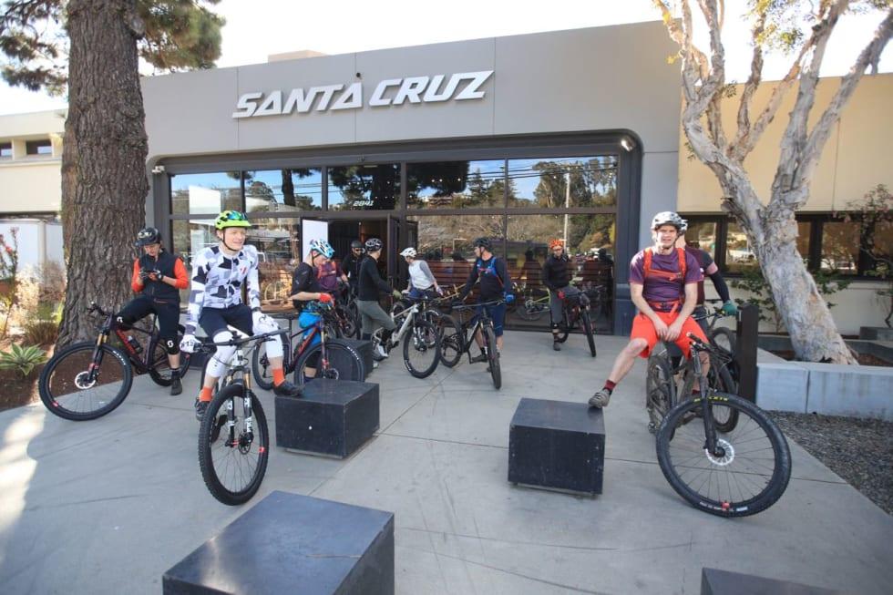KLAR FOR TUR: Terrengsykkel utsendte står klar utenfor Santa Cruz' lokaler. Ytters til høyre Will Ockelton Global Marketing Director hos Santa Cruz