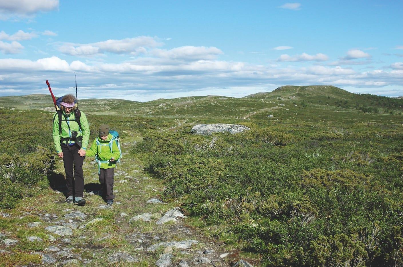 GAUSDAL VESTFJELL: Far og datter hånd i hånd i barnevennlig og vakkert fjellandskap.