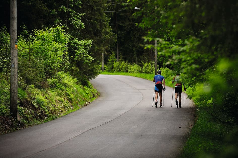 LUKSUS: Å gå to i bredden på en øde landevei er hyggelig, helt til en irritert bilist dukker opp. Foto: Kristoffer H. Kippernes