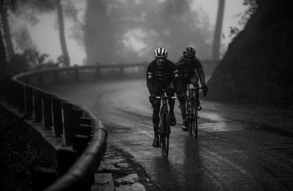 KALD DAG: Julien Bernard og Tiago Machado - med regnjakke på, Paris- Nice 2018. Illustrasjonsfoto: Kristof Ramon.