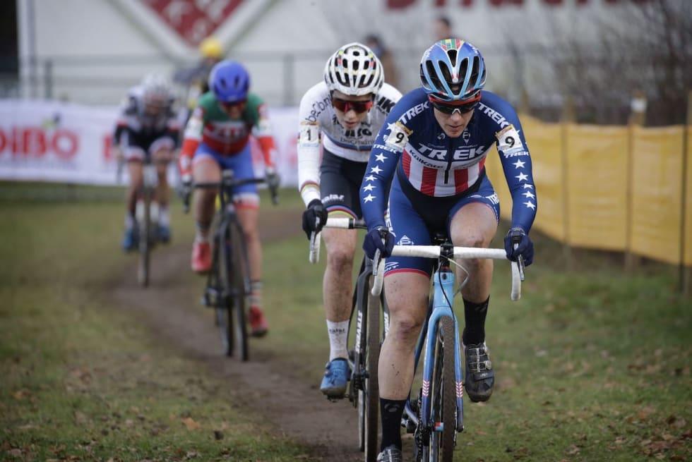 OPP I FART: Katie Compton i Hoogerheide, en løype som krever mange akselerasjoner fra null til toppfart. Foto: Cor Vos.