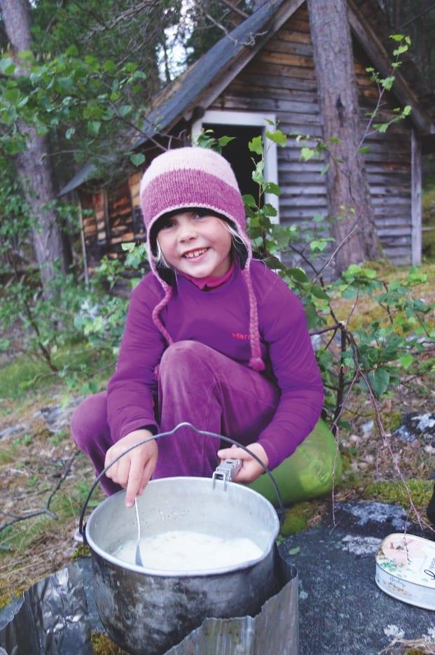 FRILUFTSKOKK: Alle tar sin tørn ved grytene, her er det Maja som tilbereder pasta carbonara med eggeplommer og ekte parmesan.