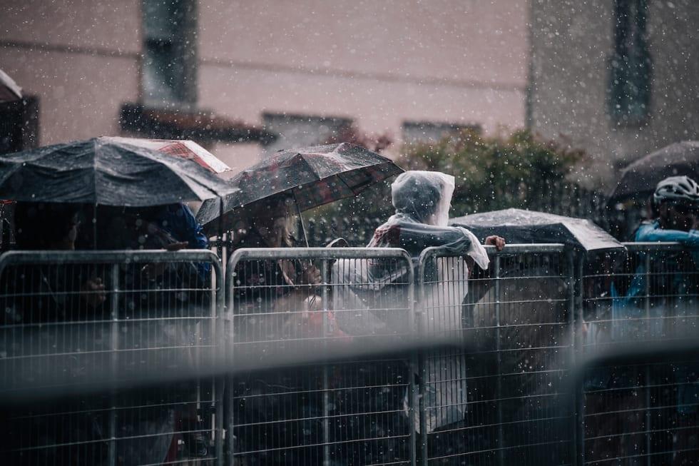 VÅTT: Tilskuerne venter i regnet, Paris-Nice 2013. Illustrasjonsfoto, Kristof Ramon.