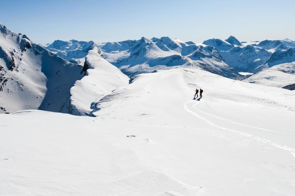 Partisanruten starter ved toppen av skianlegget i Narvik og følger den vasse eggen mot Beisfjordtøtta. Deretter fortsetter den med overnatting i Hunddalshyttene og med avslutning i Riksgränsen. Foto: Lars Thulin / Toppturer rundt Narvik.