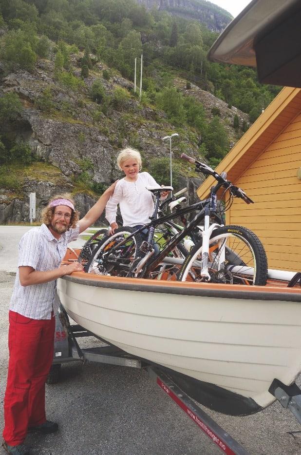 TID FOR HJEMREISE: Sykler, seiljolle, kano og to tsjekkiske haikere fikk plass i bilen på vei hjem