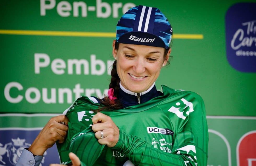 Sponsorobjekt: Lizzie Deignan promoterer både Trek og Santini med sin sykkelcaps på podiet. Foto: Cor Vos.
