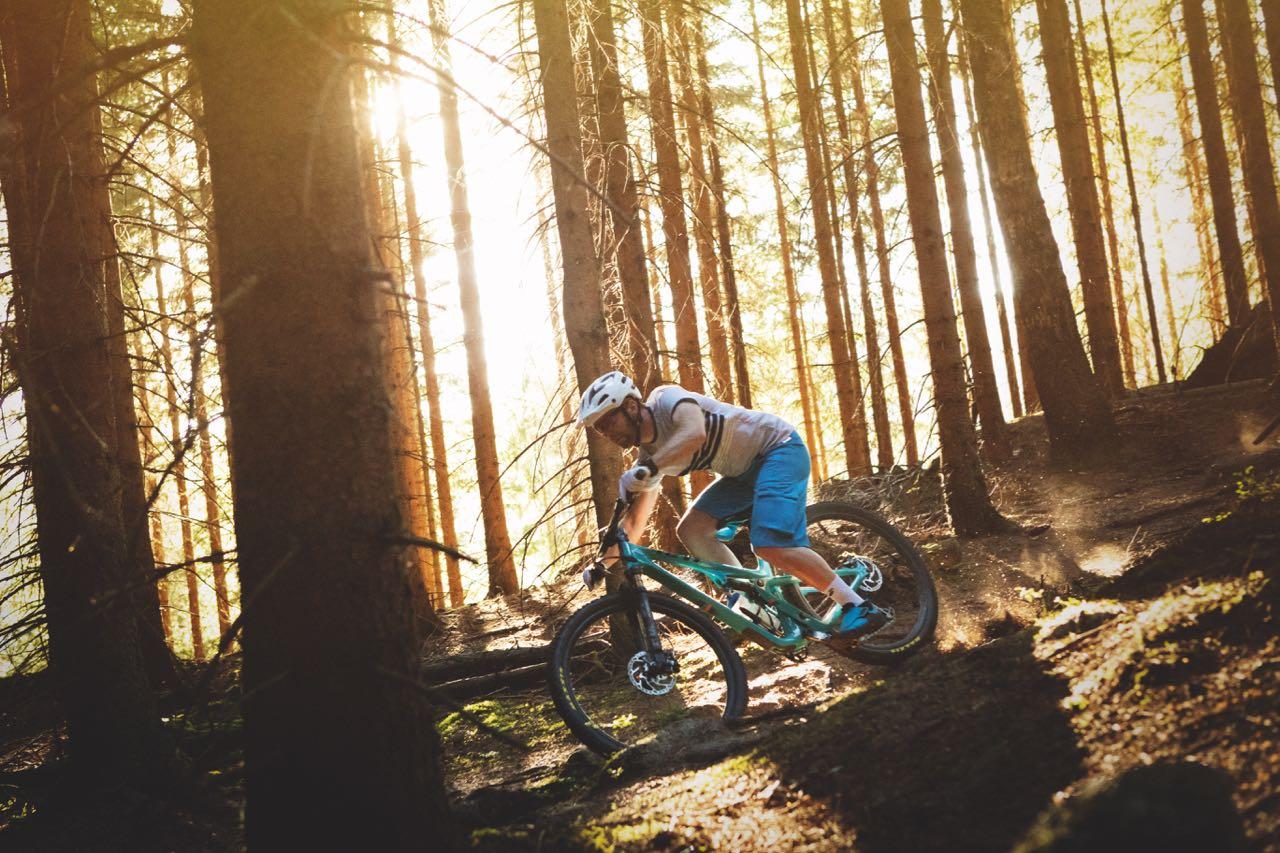STIRACER: Yeti SB100 er kraftigere enn rittsykler  est, men har like kort vandring. Kristoffer H. Kippernes tar fart ned en bratt renne i skogen.