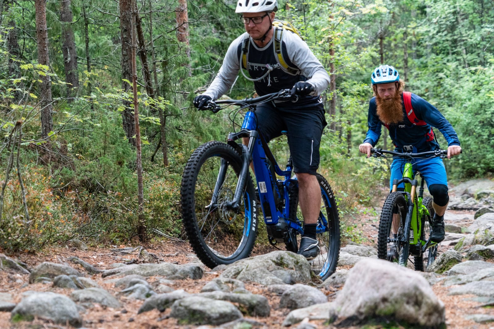 PÅ STRØM: Arild Andersen og Aslak Mørstad på el-sykkeltur. Bilde: Christian Nerdrum