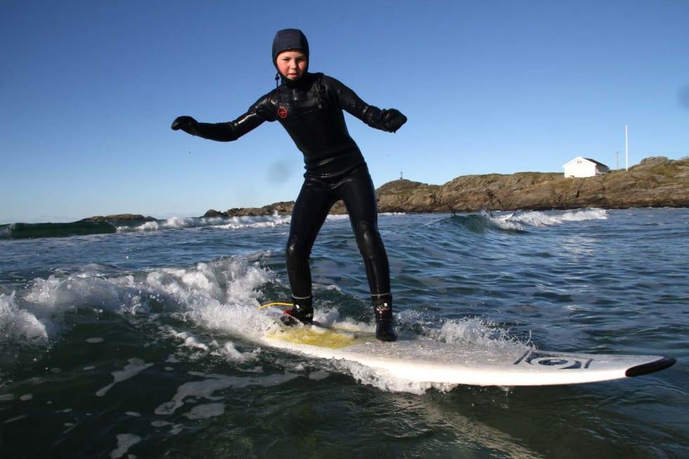 Mathilde Myrhaug, 12 år. Surf er aktivitet alle aldre har glede av. Foto: Audun Holmøy Røhrt