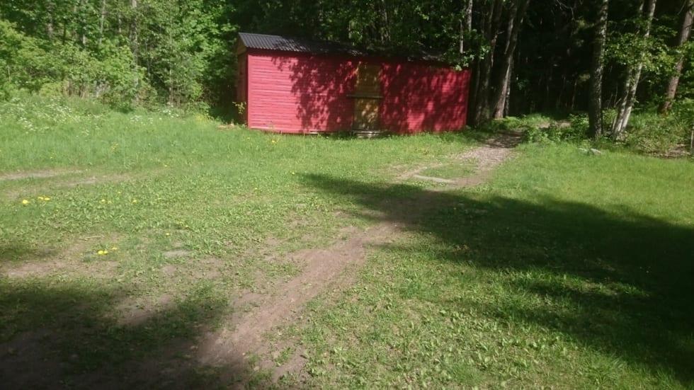 IDYLL: Plenen bak Røde Kors-hytta har hentet seg fint inn etter Terrengsykkelrittet.