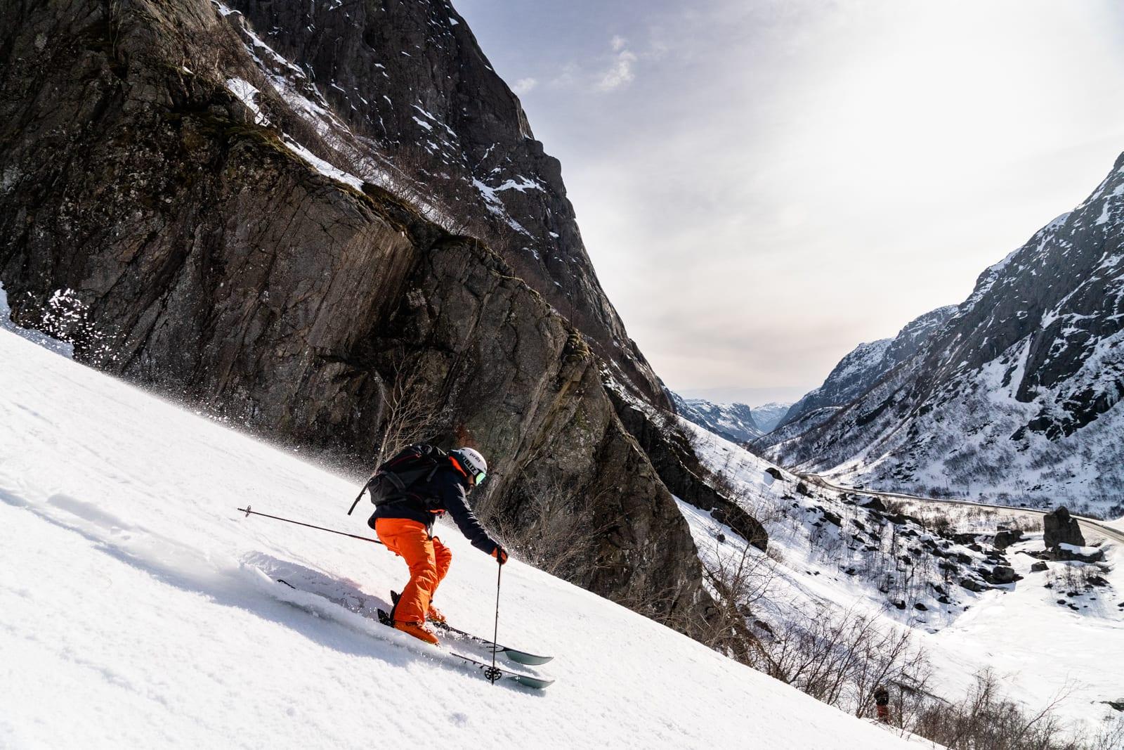 WALL STREET: Så snart sola fikk tilgang på snøen, ble det «drømmeføre» i utgangen av den legendariske renna «Wall Street» i Hunnedalen. Bård Gundersen på vei til Sola flyplass. Bilde: Christian Nerdrum
