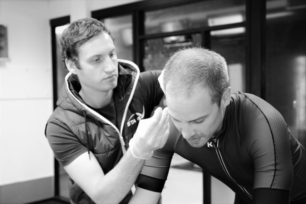 ERFAREN: Marc Sauer i STAPS, tester artikkelforfatter Marcus Liebold i forbindelse med et tidligere prosjekt. Foto: Marcus Liebold.
