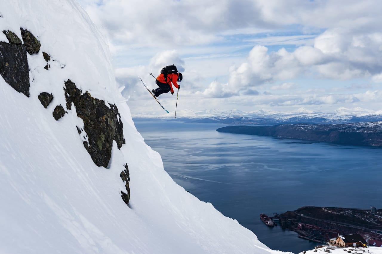 PÅ BESØK: Svenske David Kantermo koser seg med tøff kjøring like over heisene i Narvik. Foto: Mattias Fredriksson.