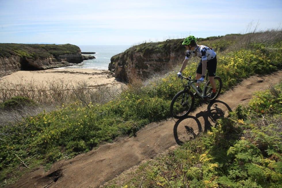 UT MOT HAVET: Det er lett å få et drømmende forhold til livsstilen vi har blitt servert gjennom filmer og reklamer når man sykler langs klippene i Santa Cruz. Foto: Gary Perkin