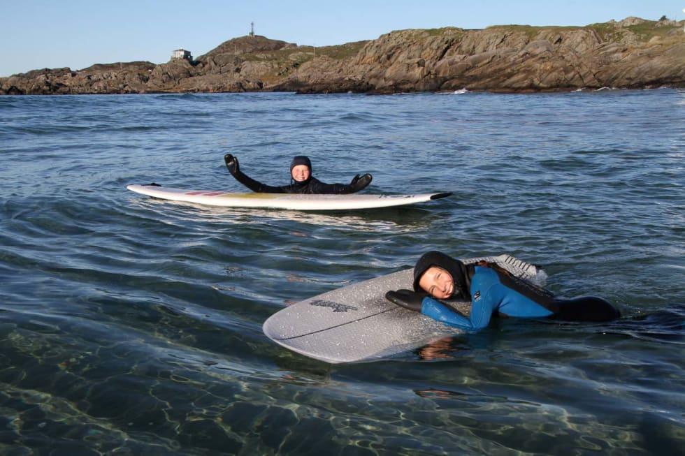 Gode våtdrakter betyr mye. Ada og Mathilde ble (nesten) ikke kalde før de gikk på land. Foto: Audun Holmøy Røhrt