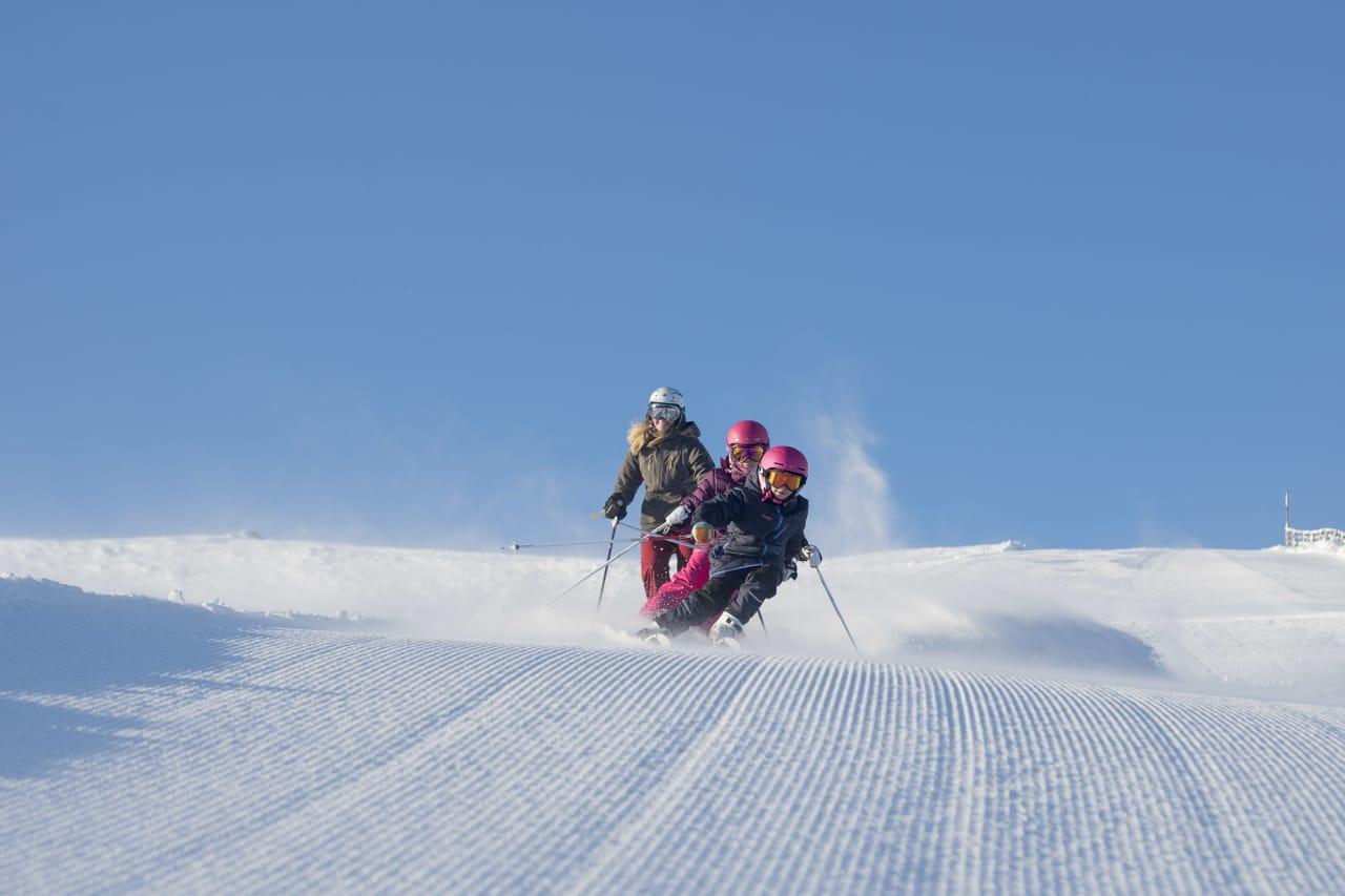EN CARVINGFAMILIE: En slange med skiløpere på cordfløyel er uforfalsket moro. Foto: Ola Mattsson.