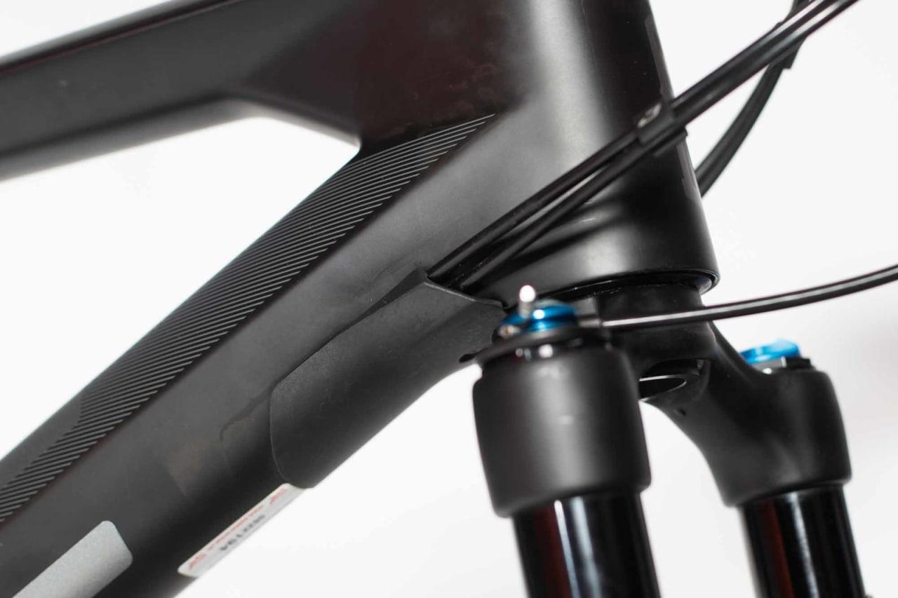 DOBBEL FUNKSJON: Inngangen for vaierne fungerer også som styrestopper slik at du ikke ødelegger ramma ved at gaffelkrona eller styret slår borti i et krasj.