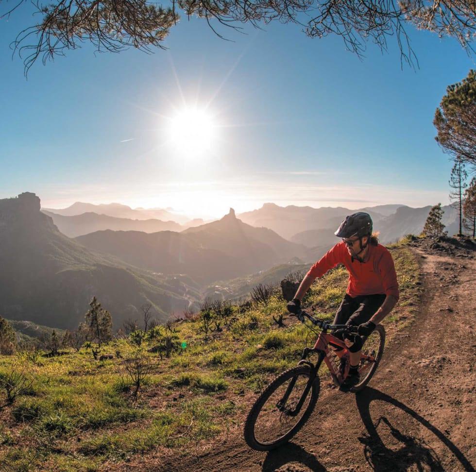 SYKLIST I SOLNEDGANG: Fra toppen av øya kan man få en fantastisk solnedgang med utsikt mot Tenerife om værgudene spiller på lag.