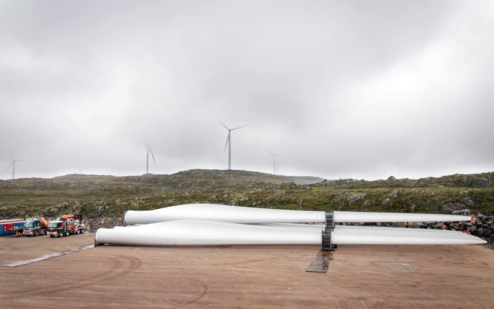 Enorme dimensjoner: Rotorbladene til flere vindturbiner ligger klare på Geitfjellet. De to lastebilene ved siden av blir små i forhold. Rotorbladene har en lengde på 136 meter, og skal monteres på en 87 meter høy turbinmast.