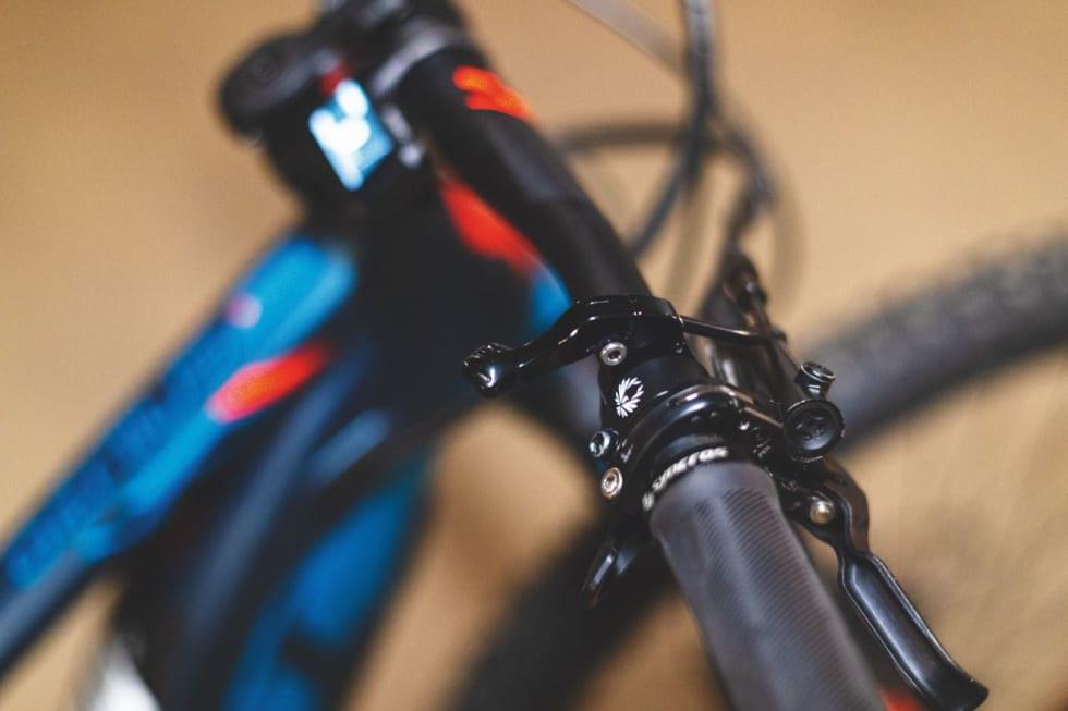FEIL SIDE: Scott er tvunget til å montere senkepinnebryteren på høyre side. Har du en annen sykkel med senkepinne vil dette ta lang tid å venne seg til.