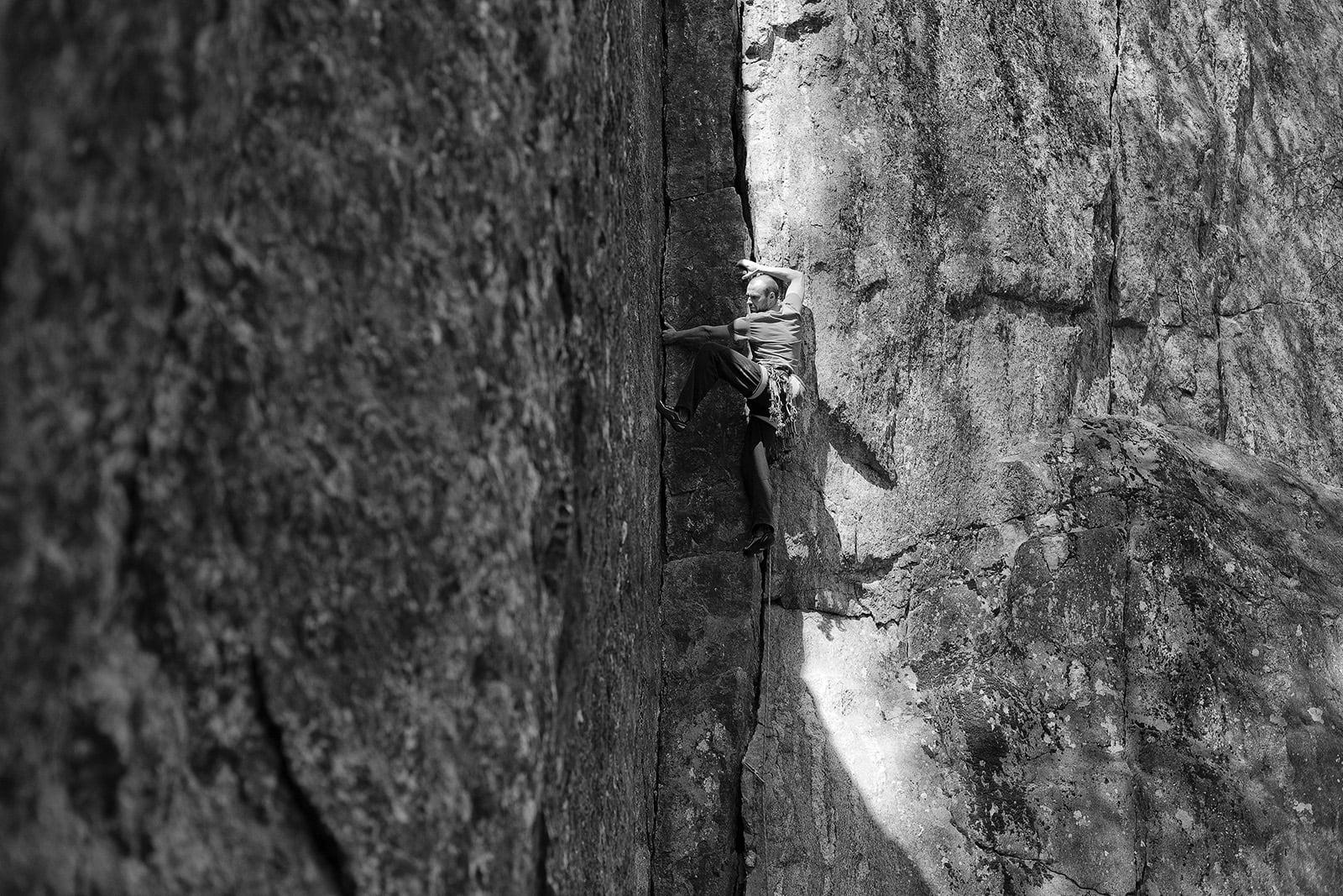 KONGELIG: Kong Olav har inngravert steinen under risset! Klatrer: Dag Hagen. Foto: Christian Nerdrum