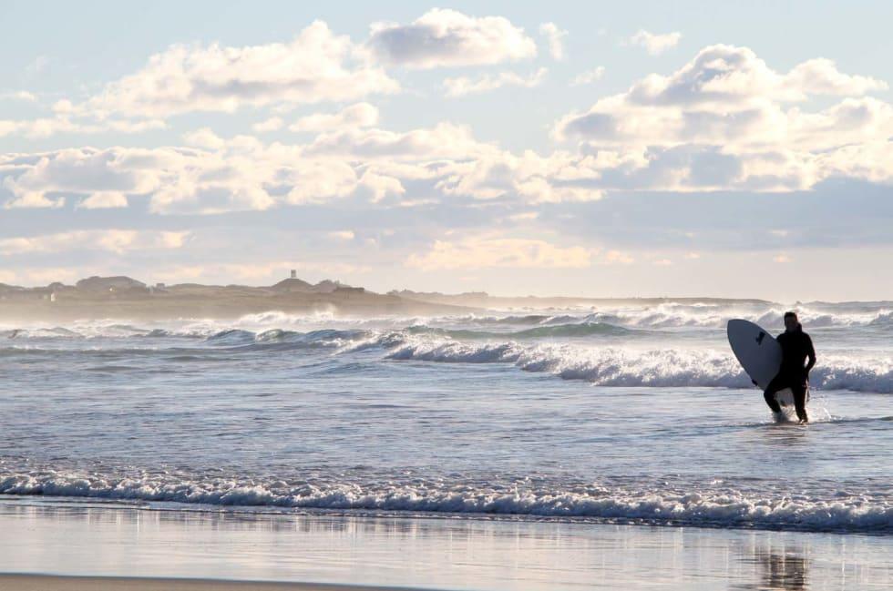 Thomas Myrhaug har brynt seg på bølgene. Omgivelsene på Hellestø kunne ikke vært vakrere. Foto: Audun Holmøy Røhrt