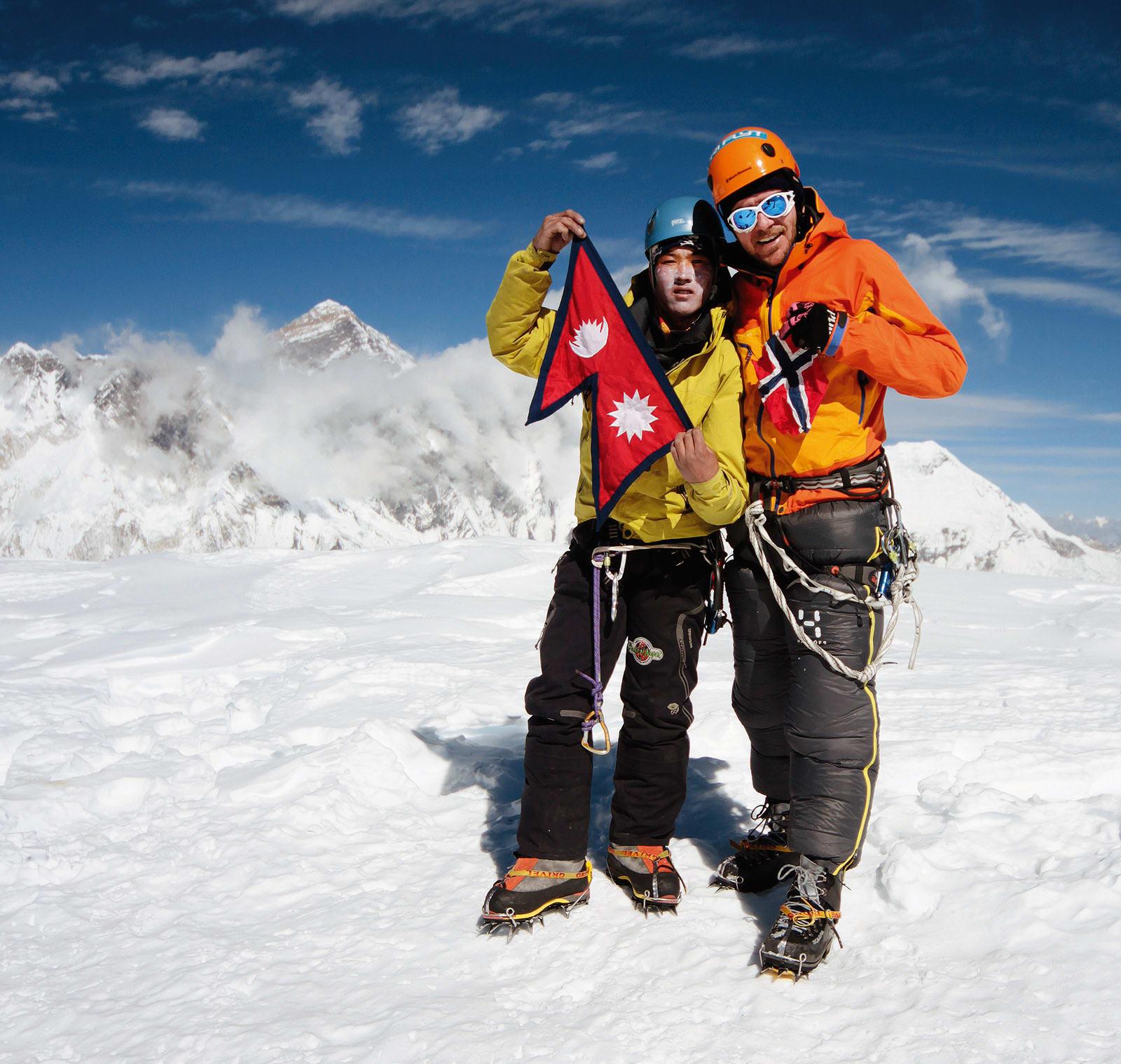 Jepsi Pepsi: Kanchha Nuru og UTE-fotografen poserer foran Mt Everest p åtoppen av Ama Dablam, 6812 moh, takket være en pose seigmenn. Foto: Matti Bernitz