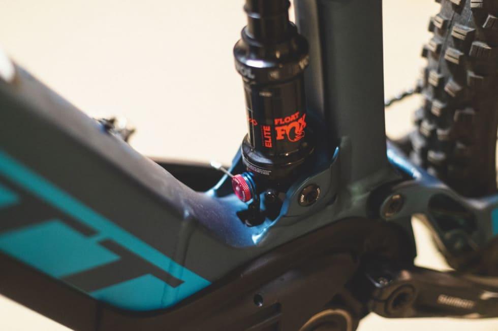 LÅSBAR: Scott utstyrer også elsyklene sine med fjernstyrt demperlås. Batteriet er flott integrert i ramma.