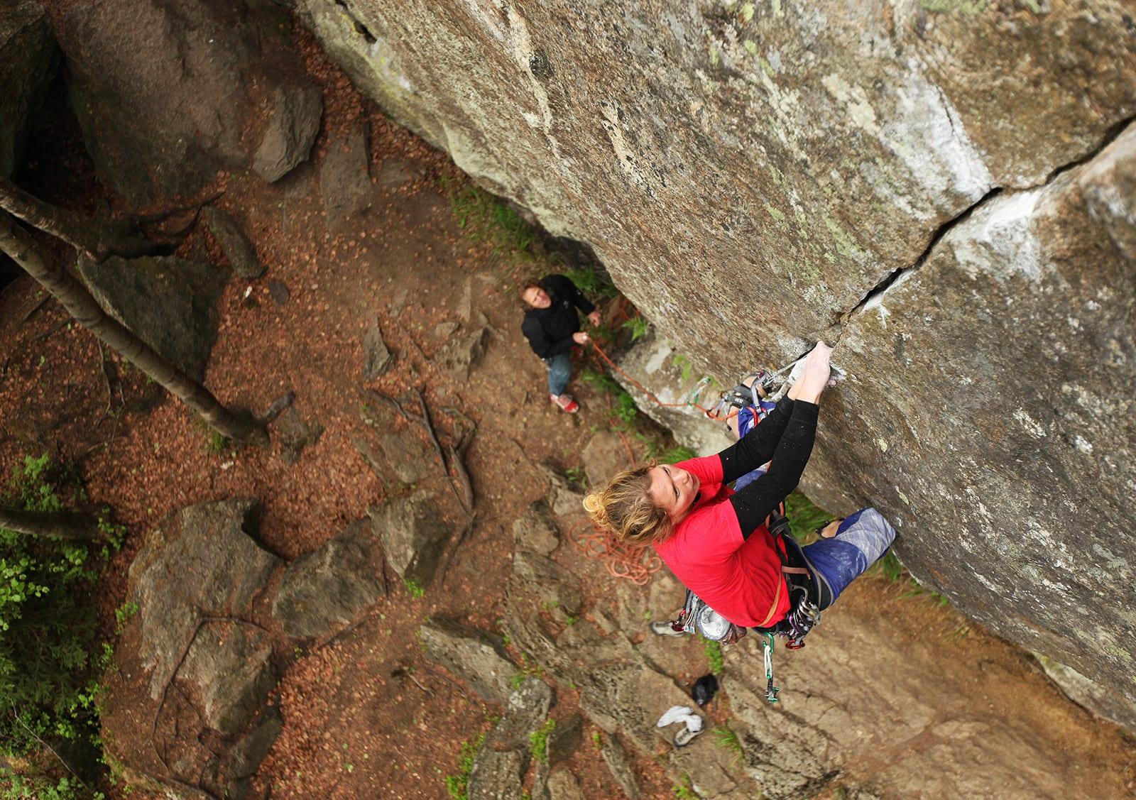 SNAKKISEN: En ren linje som er elsket av mange klatrere på Østlandet. Klatrer: Kristina Pålsgård. Foto: Dag Hagen
