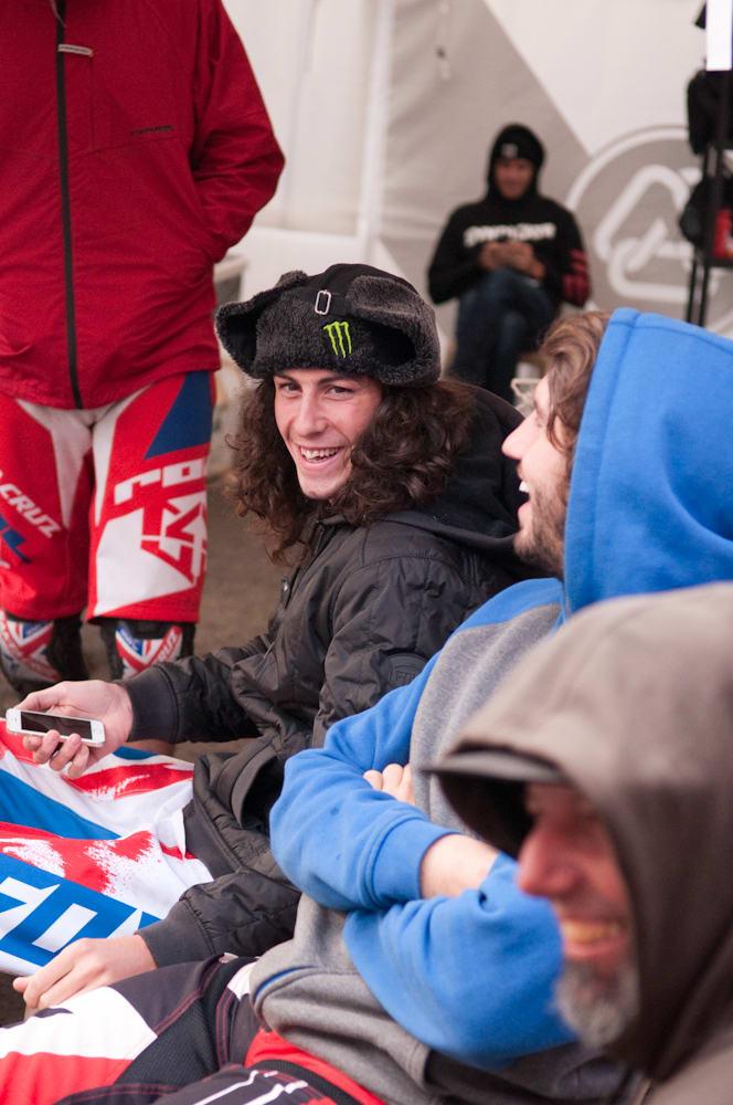 GOD STEMNING: Det er hyggelig i Santa Cruz-teltet på rittdager. Josh Bryceland deler en vits med crew og Peaty. Foto: Øyvind Aas