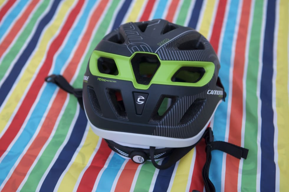 BAKHODET: Ryker-hjelmen går passe langt ned i bakhodet og har store eksos-hull for lufting.