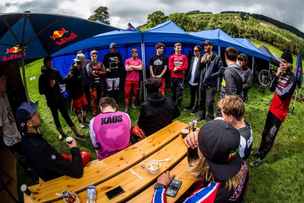 GODT SELSKAP: Brage Vestavik (med caps nærmest) hevder seg blant de aller beste i Red Bull Hardline. Foto: Boris Beyer/Red Bull