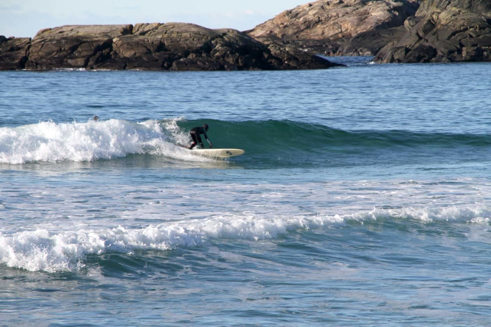 Odin Røhrt, 13 år, har funnet frem longboardet. Perfekt når bølgene blir litt mindre. Foto: Audun Holmøy Røhrt