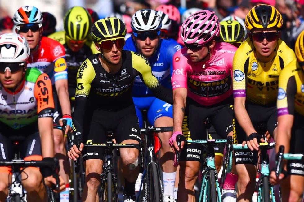 STILLE FØR STORMEN: Simon Yates og Primoz Roglic på en av mange flate etapper. Foto: Cor Vos