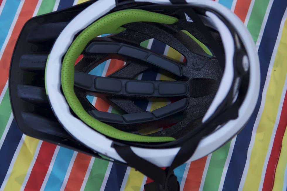 SKALLET: Ryker har skall også på undersiden. Dette beskytter skummet i hjelmen og sørger for at hjelmen holder seg enda bedre sammen ved krasj. Polstringene inne i hjelmen er spesielt egnet for hårløse hoder, visstnok.