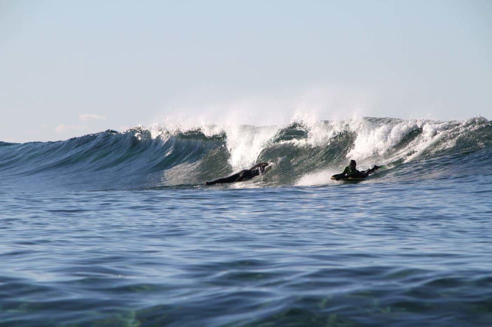 """Et bodyboard gjør det mulig å komme ut i """"grønne"""" bølger og gir masse nyttig erfaring med bølgene. Erlend Røhrt har lært seg knepene. Foto: Audun Holmøy Røhrt"""