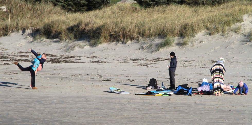 Usystematisk strandlek etter surf og bading. Foto: Audun Holmøy Røhrt